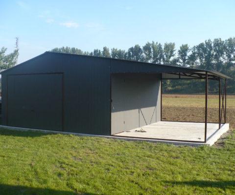 Garaż blaszany 5×5 dach dwuspadowy z wiatą 3×5